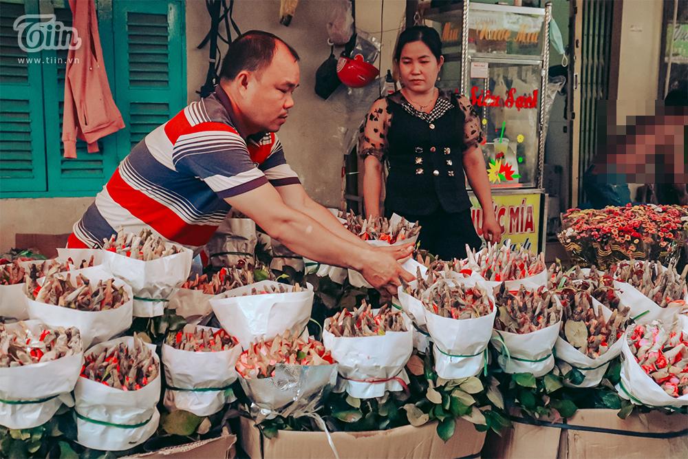 Giá hoa hồng tăng cao, khiến nhiều người đến mua rất bất ngờ