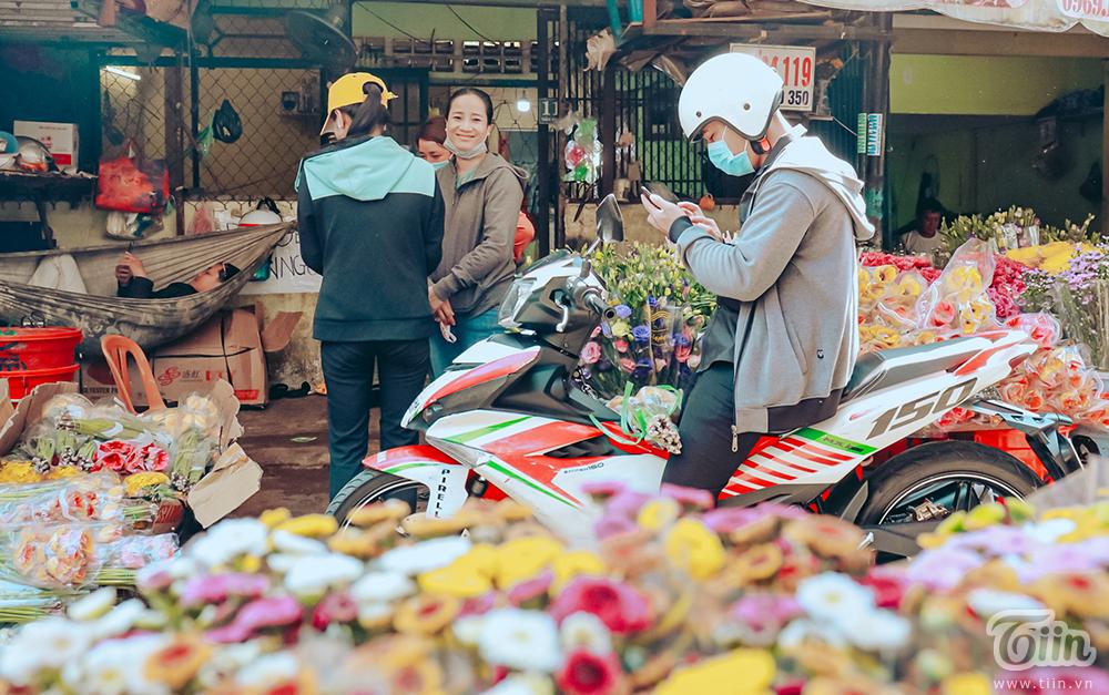 So với năm trước bị ảnh hưởng bởi dịch bệnh, chợ hoa năm nay đã náo nhiệt hơn rất nhiều