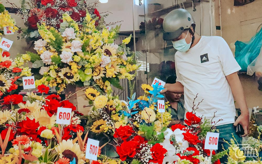 Chợ hoa lớn nhất TP.HCM cận ngày 8/3: Hoa hồng tăng giá cao ngất khiến người mua 'nhát tay' 6