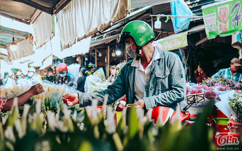Chợ hoa lớn nhất TP.HCM cận ngày 8/3: Hoa hồng tăng giá cao ngất khiến người mua 'nhát tay' 7