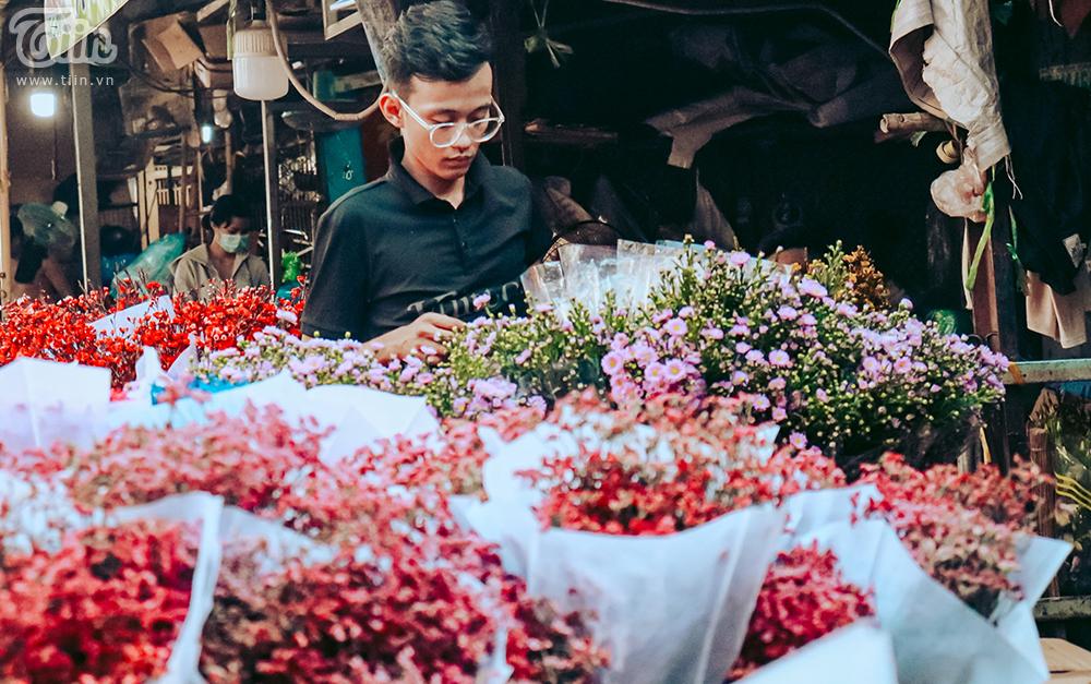 Ngoài hoa hồng,cácloại hoa khác như hướng dương, thanh liễu,... cũng rất được ưa chuộng dịp lễ