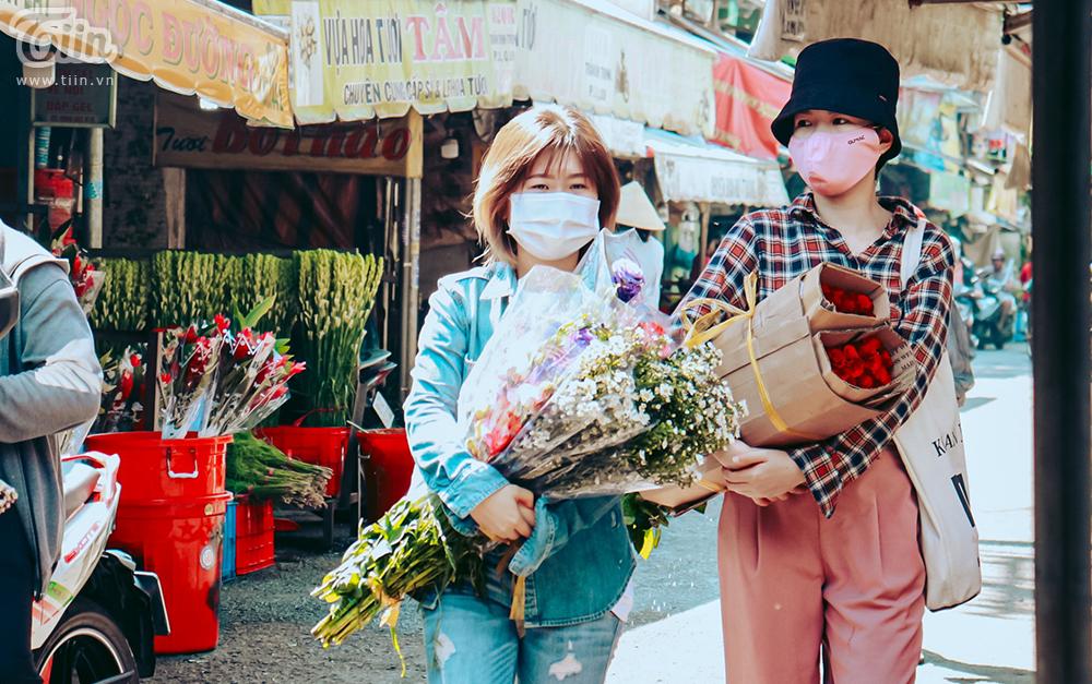 Nhiều người có mặt từ sớm để chọn cho mình những bó hoa ưng ý nhất