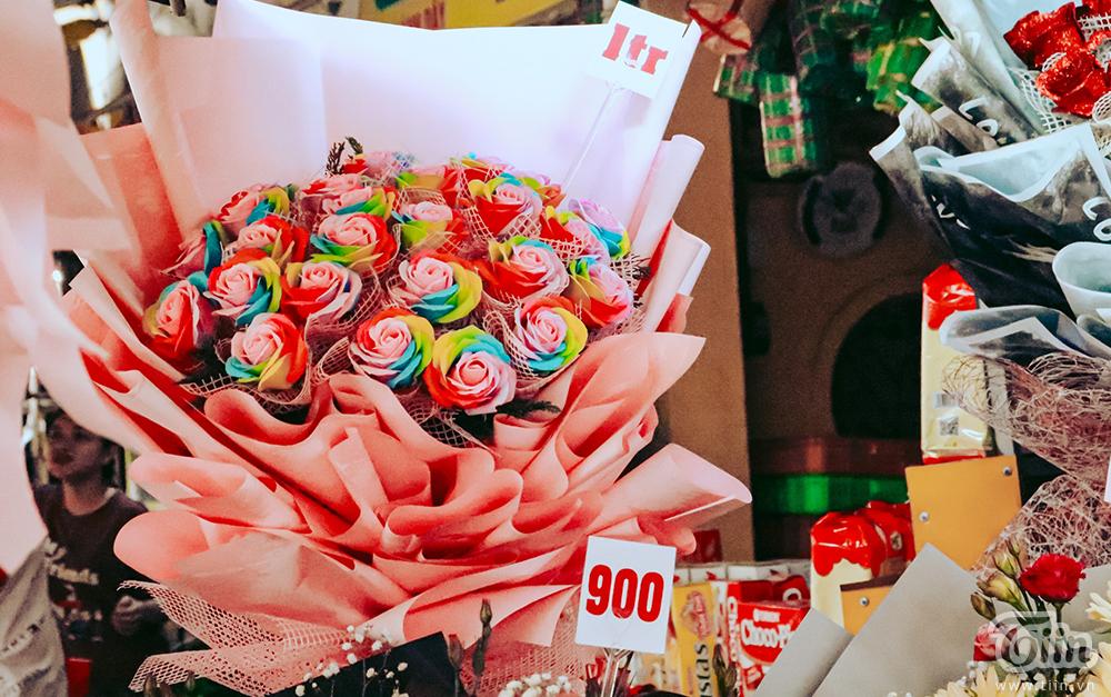 Chợ hoa lớn nhất TP.HCM cận ngày 8/3: Hoa hồng tăng giá cao ngất khiến người mua 'nhát tay' 12