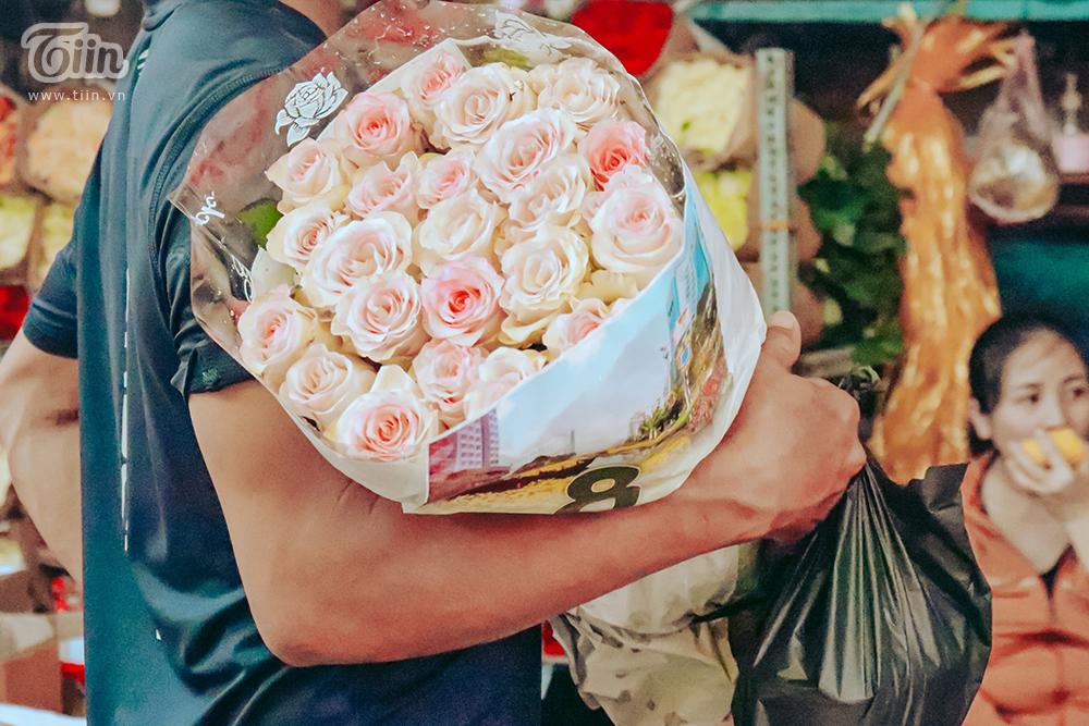 Chợ hoa lớn nhất TP.HCM cận ngày 8/3: Hoa hồng tăng giá cao ngất khiến người mua 'nhát tay' 11