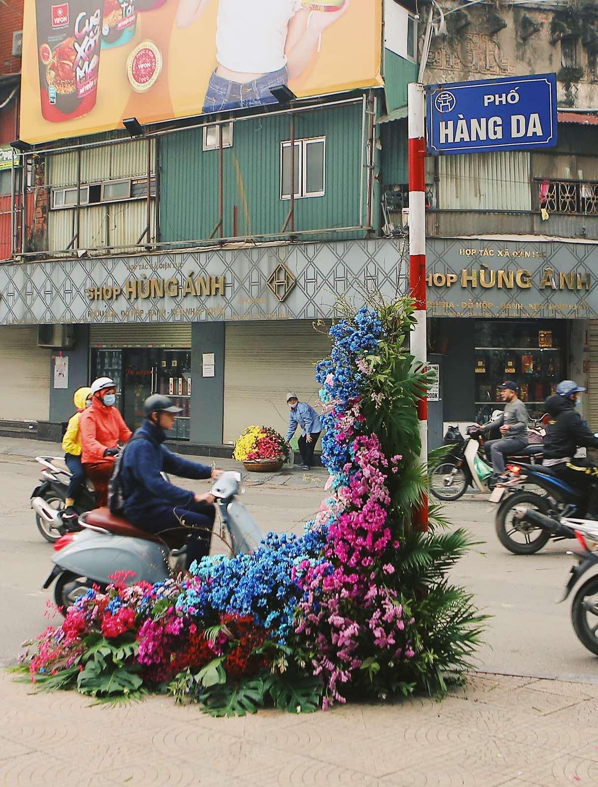 Spotlight ngày 8/3: Hàng loạt cột đèn ở Hà Nội 'nở hoa' khiến dân tình xỉu dọc, xỉu ngang 0