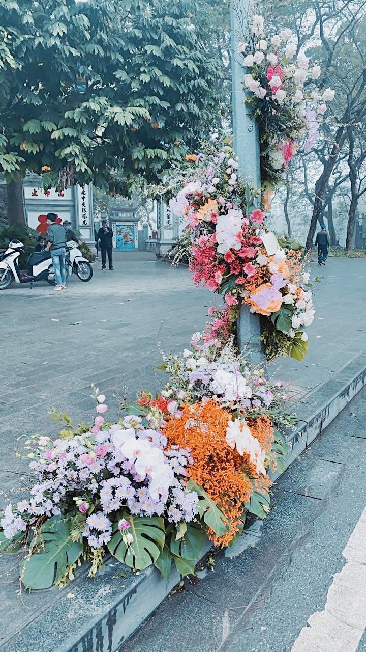 Spotlight ngày 8/3: Hàng loạt cột đèn ở Hà Nội 'nở hoa' khiến dân tình xỉu dọc, xỉu ngang 3