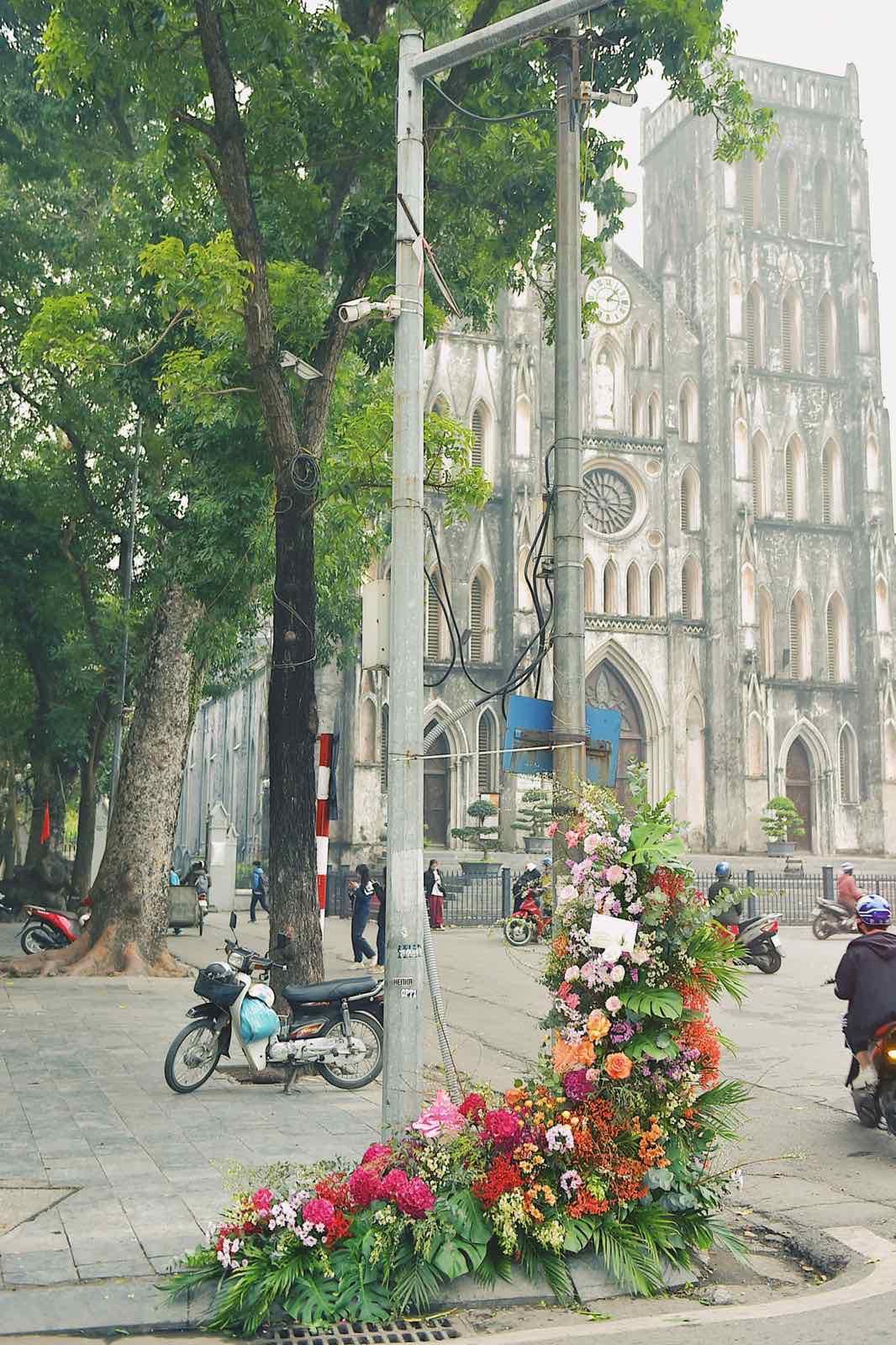 Spotlight ngày 8/3: Hàng loạt cột đèn ở Hà Nội 'nở hoa' khiến dân tình xỉu dọc, xỉu ngang 5