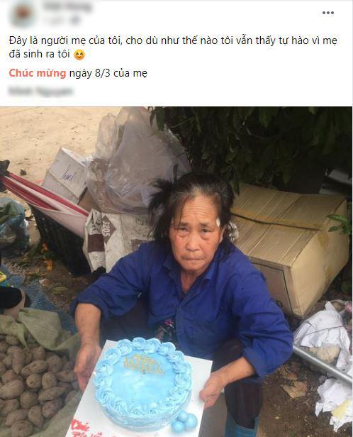 Chàng trai dành tặng mẹ chiếc bánh gato trong ngày 8/3.