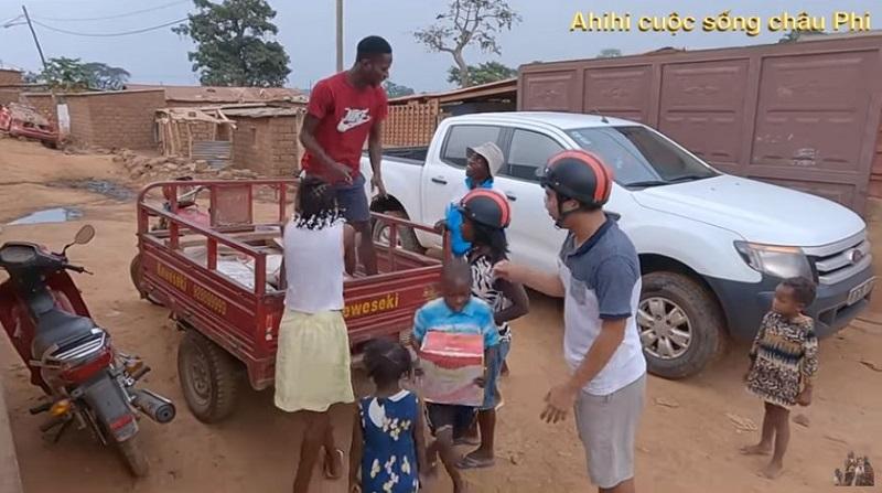 Cuộc sống thú vị ở Châu Phi của vợ chồng bác sĩ người Việt và hành trình dạy trẻ em nơi đây học Toán 2