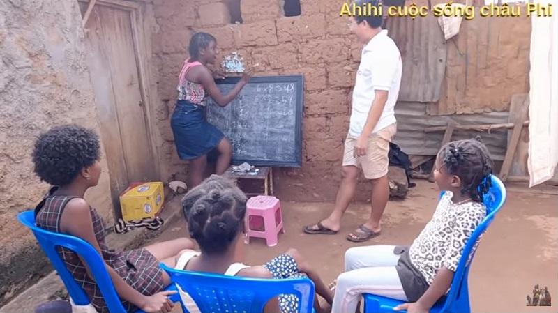 Cuộc sống thú vị ở Châu Phi của vợ chồng bác sĩ người Việt và hành trình dạy trẻ em nơi đây học Toán 4