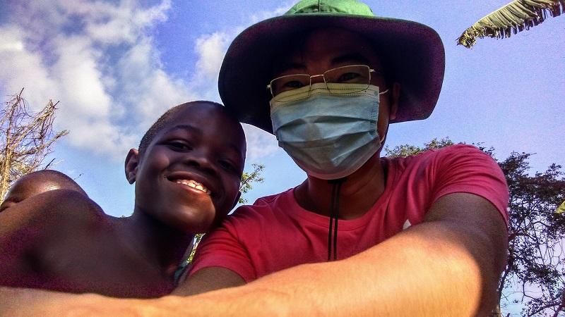 Cuộc sống thú vị ở Châu Phi của vợ chồng bác sĩ người Việt và hành trình dạy trẻ em nơi đây học Toán 9