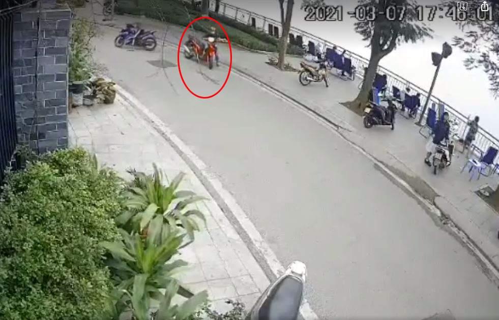 Tên trộm sau khi không đề được đã dắt xe đi mất.