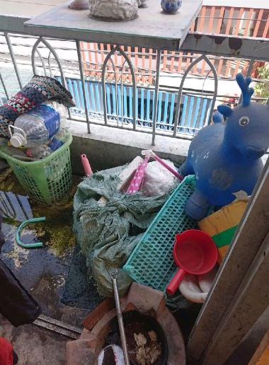 Từ bên trong phòng đến ngoài ban công đều ngập đầy rác.