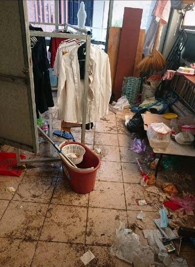 Phòng trọ bẩn thỉu với cả đống rác thải.