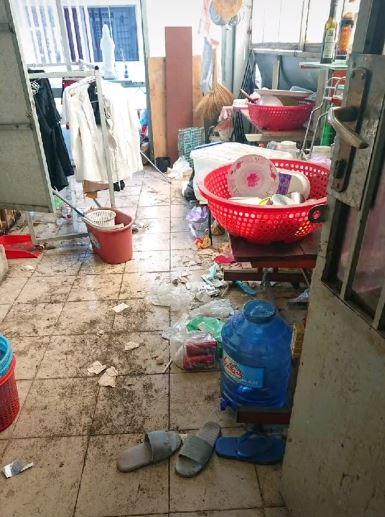 Sốc nặng với căn phòng trọ bẩn kinh hoàng của 4 nữ sinh: Sàn nhà bẩn thỉu, rác nhét 3 bao vẫn chưa hết 0
