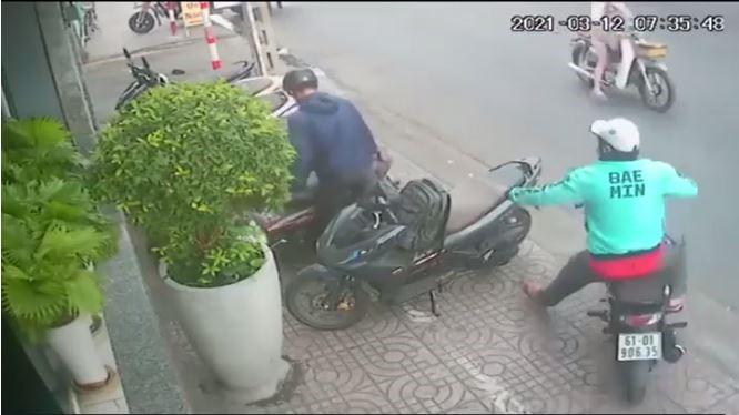 Clip: Vừa dựng xe vào vỉa hè, người đàn ông quay lưng đúng 1 giây thì bị cướp ngay balo đựng laptop 0
