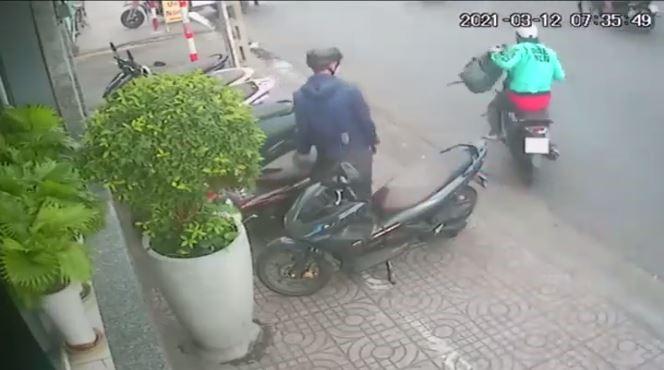 Tên cướp hành động rất nhanh chỉ mất vài giây để cướp được chiếc balo.