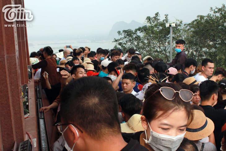 Thêm những hình ảnh chùa Tam Chúc đông nghẹt thở, người đi để lại rác thải khắp nơi, Sở Văn hóa Hà Nam chỉ đạo nóng về an toàn phòng dịch Covid-19 5