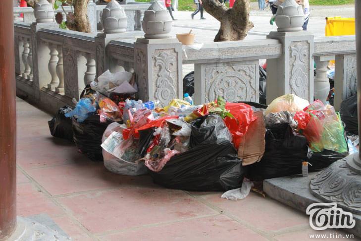 Thêm những hình ảnh chùa Tam Chúc đông nghẹt thở, người đi để lại rác thải khắp nơi, Sở Văn hóa Hà Nam chỉ đạo nóng về an toàn phòng dịch Covid-19 8