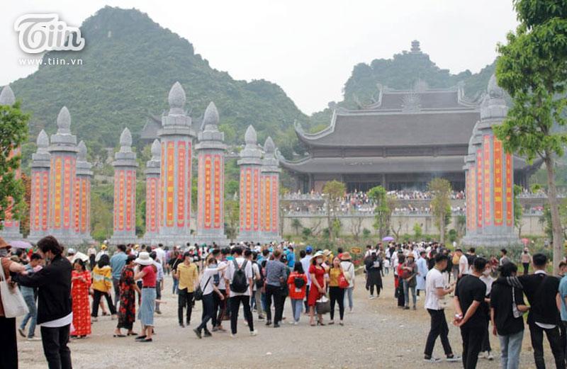 Thêm những hình ảnh chùa Tam Chúc đông nghẹt thở, người đi để lại rác thải khắp nơi, Sở Văn hóa Hà Nam chỉ đạo nóng về an toàn phòng dịch Covid-19 15