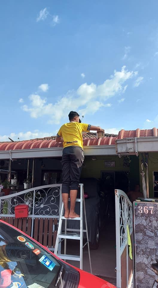 Hộp hàng bị shipper vứt lên mái nhà.
