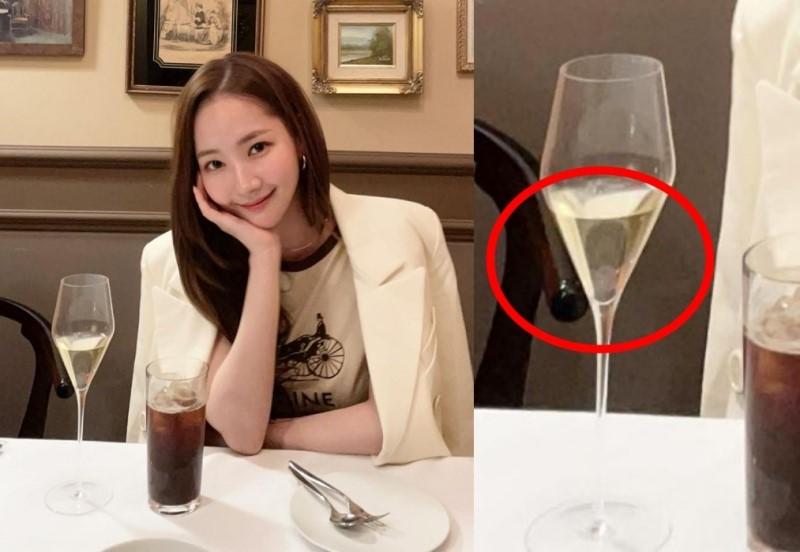 Hình ảnh phản chiếu trên chiếc ly...