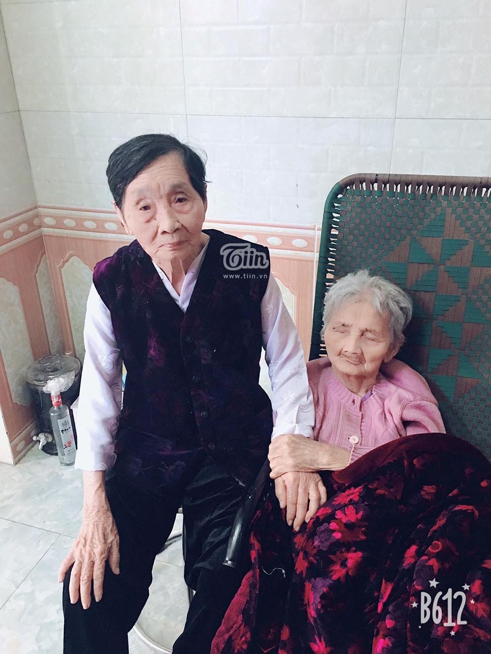 Cụ bà 100 tuổi bật khóc, nắm chặt tay chị gái 103 tuổi ốm nặng: 'Em thương chị quá, để em hát chị nghe...' 0