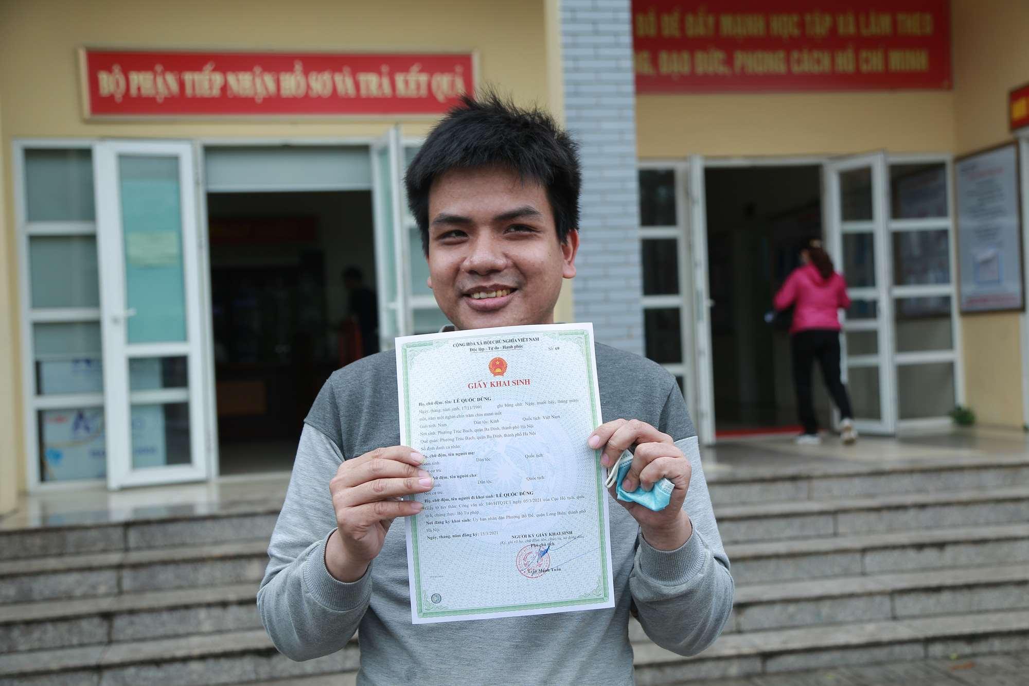 Anh Dũng mừng rỡ khi lần đầu tiên trong 30 năm cuộc đờicó giấy khai sinh. Ảnh: Dân Việt.