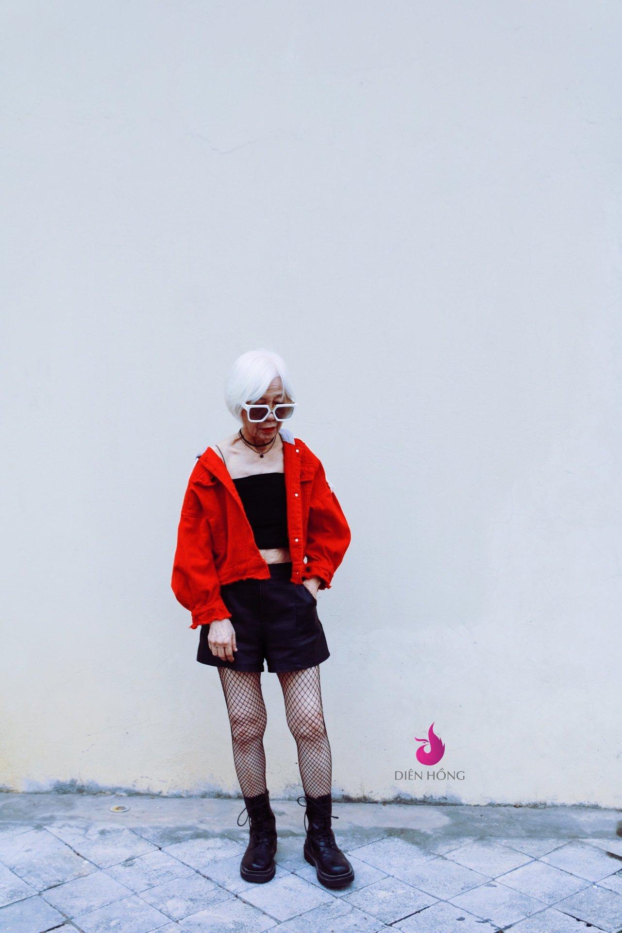 Cụ bà U90 ăn mặc cực chất khiến các cô gái trẻ còn phải 'chạy xa'.