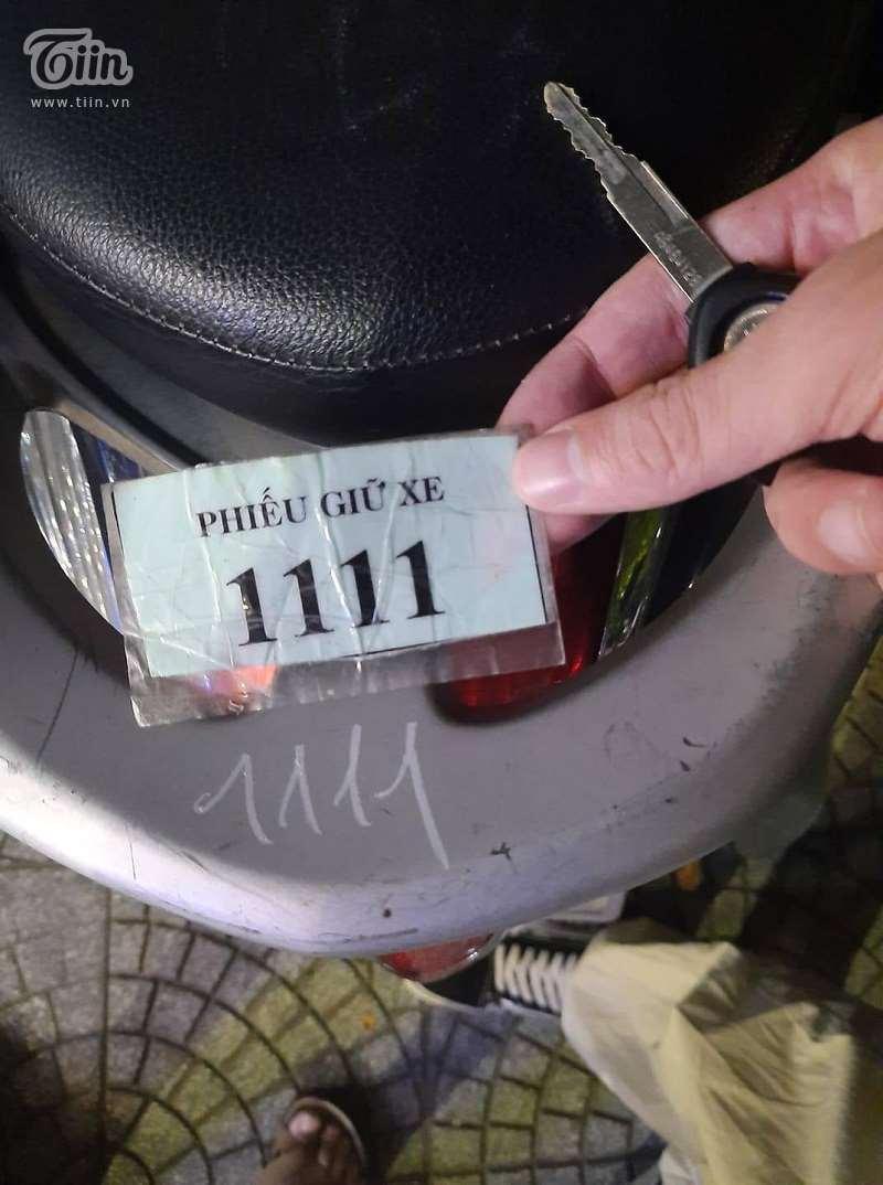 Chiếc vé gửi xe và con số 1111 định mệnh