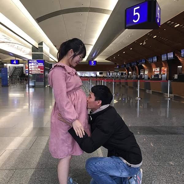 Anh Hữu Thảo ôm hôn vợ con trước ngày chị về nước