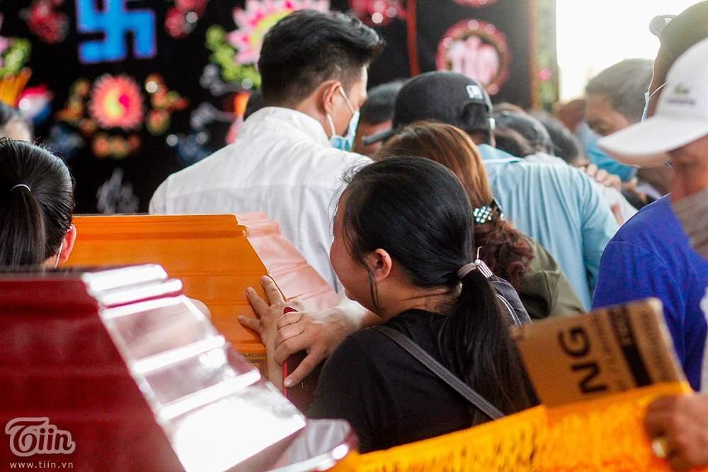 Nghẹn ngào ƌάm тαɴg 6 người trong gia đình тử νօпɡ do hỏa hoạn: Cha mẹ già khóc ngất nhìn mặt con cháu lần cuối 9