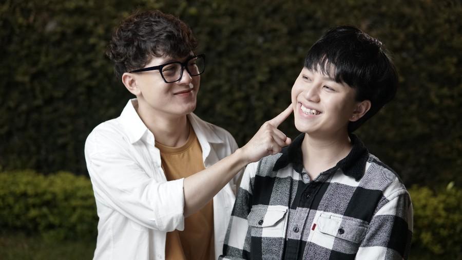 Tuy hai vai diễn không có nhiều mối liên hệ nhưng 2 diễn viên trẻ Bảo Hân và Quang Anh từ bộ phim 'Về nhà đi con' cũng cùng nhau góp mặt trong dự án này của đạo diễn Bùi Quốc Việt.