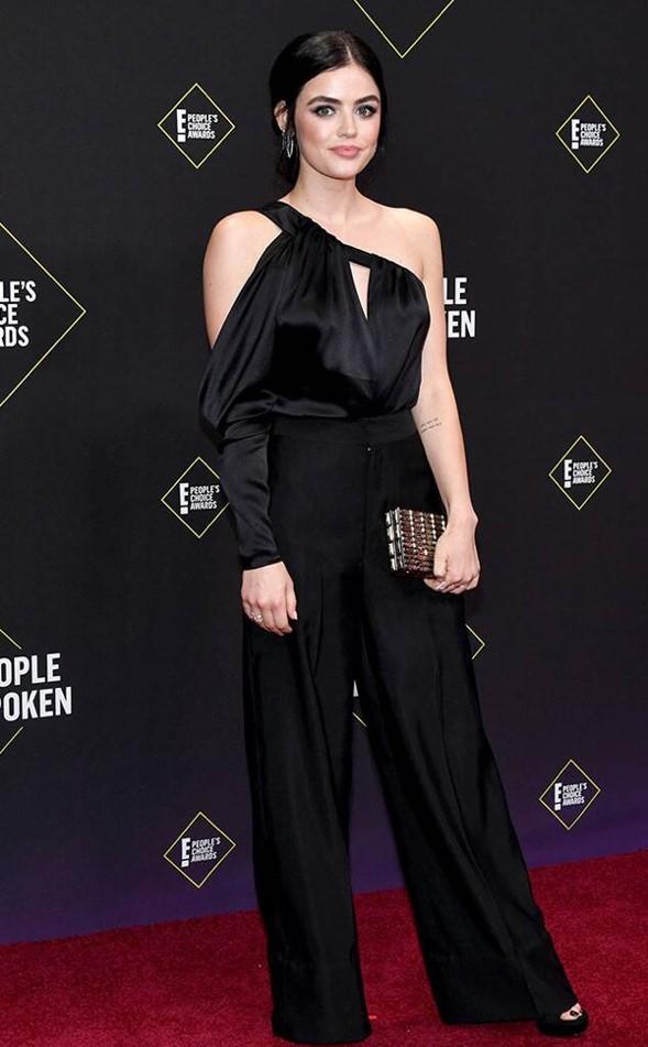 Diễn viên, ca sĩ Lucy Hale nổi tiếng trong TV serie 'Pretty Little Liars' diện trang phục jumpsuit của CONG TRI tại People's Choice Awards 2019.