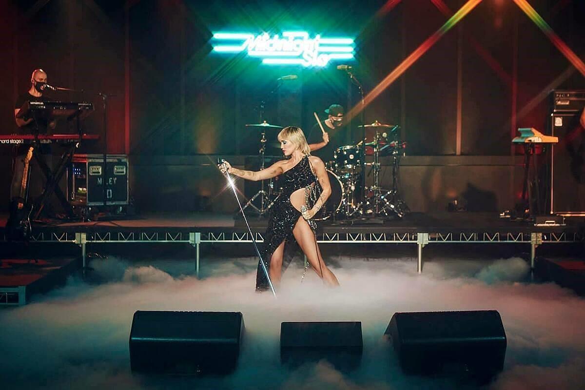 Miley Cyrus cũng từng trình diễn 'Midnight Sky'với trang phục CONG TRI tại The Tonight Show Jimmy Fallon.