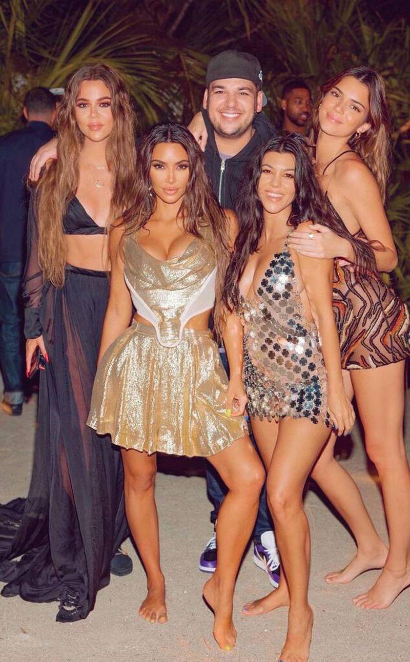 Khloé Kardashian cũng từng khoe body trong thiết kế của CONG TRI.