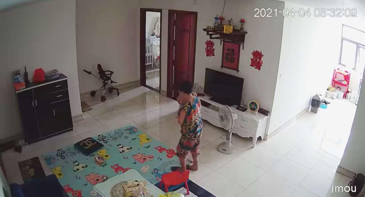 Người mẹ bàng hoàng phát hiện bà giúp việc bế con trai vào nhà vệ sinh tát thẳng mặt vì quấy khóc 0