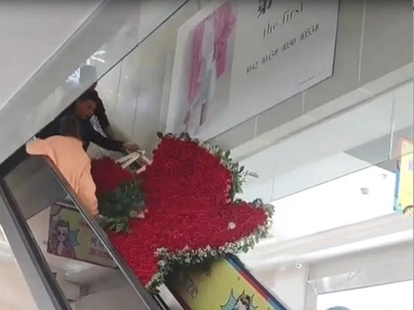 Chàng trai cất công tặng vợ cũ trái tim từ 1314 bông hồng nhưng giữa đường 'tim' lại tan vỡ 1