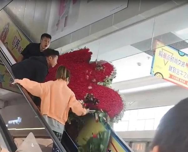 Chàng trai cất công tặng vợ cũ trái tim từ 1314 bông hồng nhưng giữa đường 'tim' lại tan vỡ 0