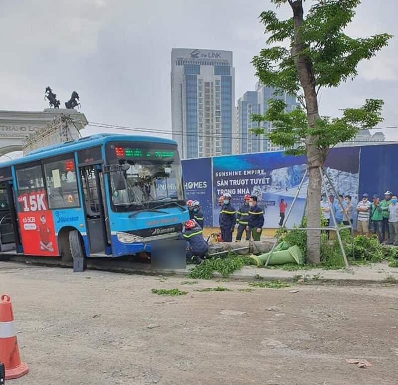 Kinh hoàng khoảnh khắc xe buýt Hà Nội lao lên vỉa hè, húc đổ cây, tông tử vong người đi bộ 1