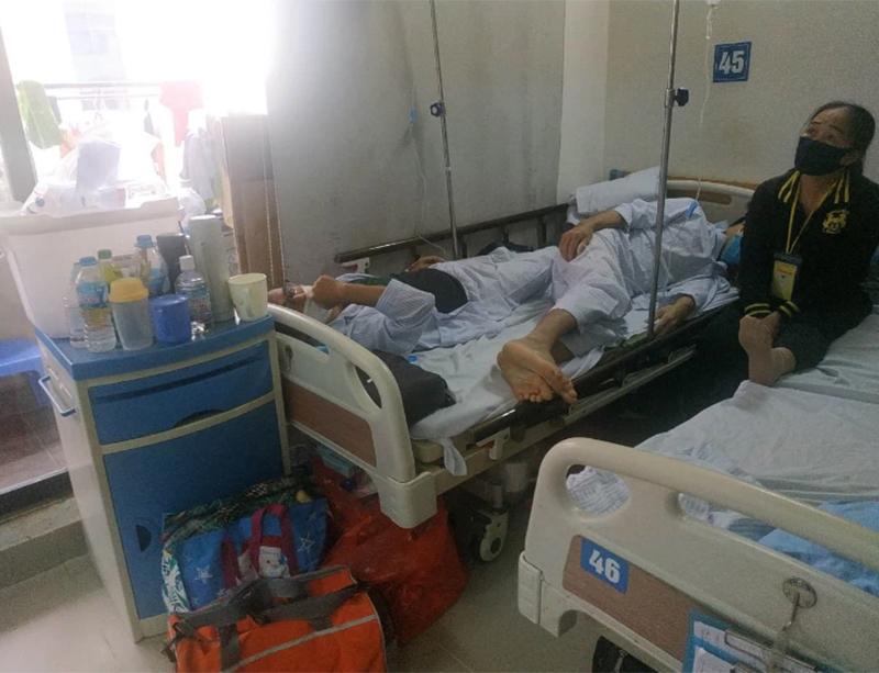 Chàng trai trẻ khi đang nằm viện điều trị với một bệ.nh nhân khác