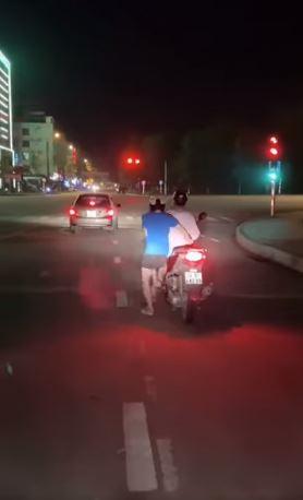 Màn xuống xe SH khi dừng đèn đỏ khá 'cồng kềnh'.