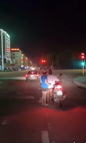 Chân ngắn lại đi xe SH, cô gái khiến dân mạng 'cười ra nước mắt' với màn 'hạ cánh' xuống xe khó nhọc 0