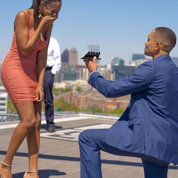 Chàng trai cầu hôn bằng 5 chiếc nhẫn kim cương sang chảnh cho bạn gái thỏa thích chọn lựa 1