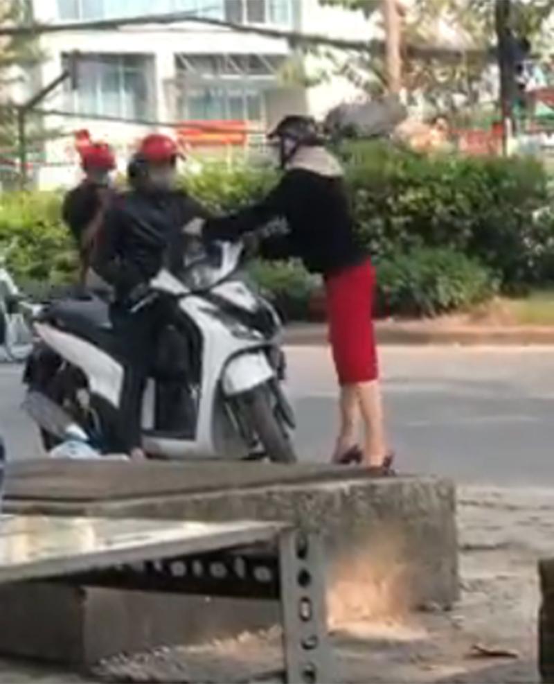 Mặc bạn gái can ngăn, chàng trai vẫn phóng xe đi. Ảnh cắt từ clip.