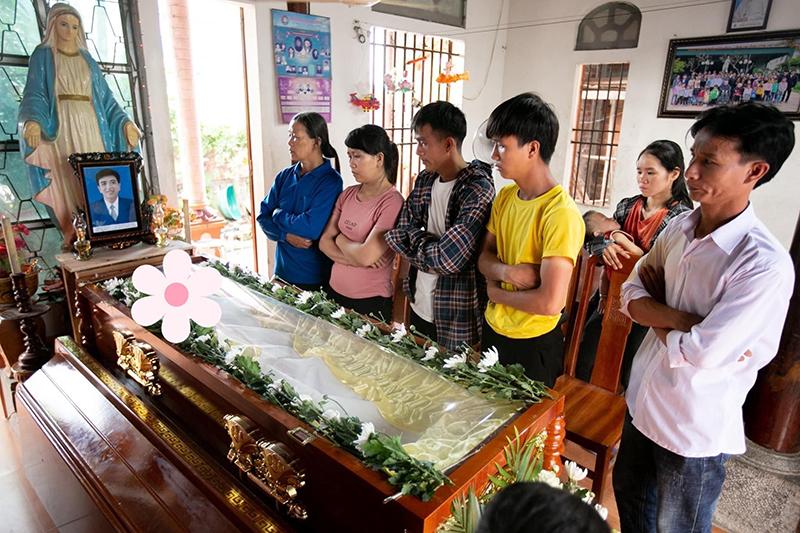 Xót xa tang lễ của nam sinh Nghệ An tử vong sau khi cứu sống 4 cô gái tắm biển ở Huế 0