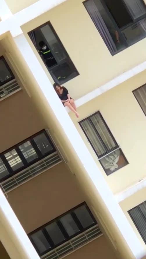 Clip: Thất tình, cô gái ngồi vắt vẻo ở ban công chung cư cao tầng bấm điện thoại, ai nhìn cũng hết hồn? 1