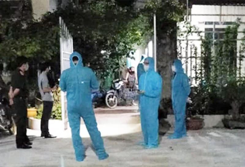 Lực lượng chức năngtruy vết những người dự đám cưới tại thôn Gốm ngay trong đêm 3/5.Ảnh: Báo Hà Nam.