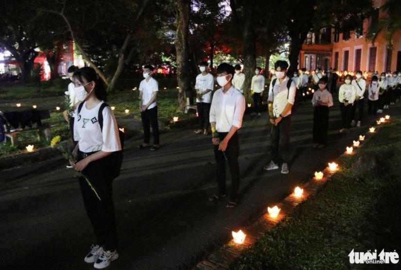 Xúc động lễ tưởng niệm nam sinh tử nạn khi cứu 3 bạn gái đuối nước ở Huế: Nhiều người không kìm được nước mắt 1