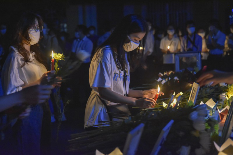 Xúc động lễ tưởng niệm nam sinh tử nạn khi cứu 3 bạn gái đuối nước ở Huế: Nhiều người không kìm được nước mắt 3